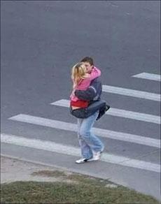 马路上的情侣