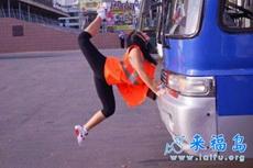 学体操的妹子搭便车,太牛了
