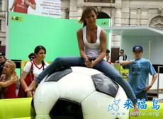 美女坐在球上