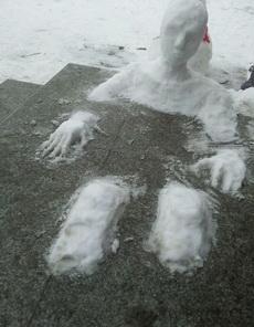 南开大学惊现泡温泉的人?!!这雪人堆得实在是太有艺术感了!