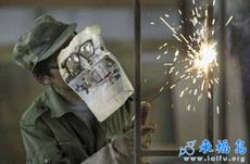 电焊工的头盔坏了,其实用这个也是一样的嘛