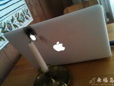 吃完燭光晚餐后就在桌上玩起了電腦,不料悲劇了