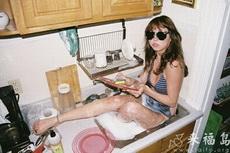 美女這樣洗碗挺好的