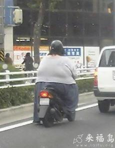 真替摩托车感到担忧