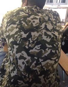 刚刚发现旁边同学的军训服装跟我们略有区别