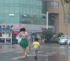 这孩子是买雨伞送的吧