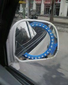 用镜子代替车镜是挺机智的
