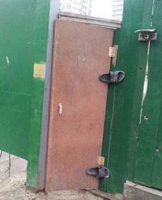 工头说让我换成那种自动关上的门