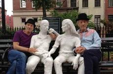 每天我们都和老伴去公园长椅坐坐