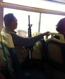 大叔,你不要那么高调好么,能不能把冲锋枪收起来,我想在你旁边坐一会,挤公交大家都不容易