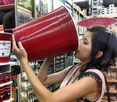 女汉子喝水的方式真霸气!
