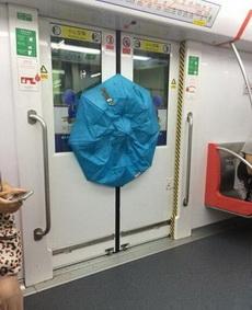 女汉子从来不担心挤不上地铁!