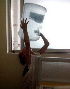 我们班的女汉子在喝水