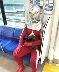奥特曼也沦落到坐地铁上班了!?