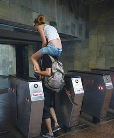 论情侣间过地铁检票的新技能
