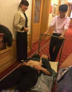 原来酒店把喝醉酒的人都是这样弄出去的