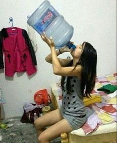 彪悍的女子,喝水都是这样的霸气