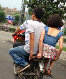 前面的好好骑车,别把我妹摔了!