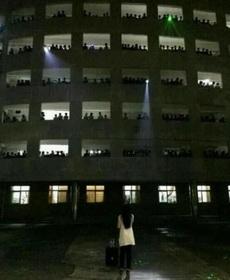 一大四女生以在男生宿舍前献唱的方式告别校园