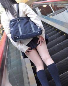 妹子上电梯的标准动作示范:严防死守节操要保护好