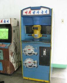 北朝鲜游戏机厅里的一台框体……看不懂怎么玩啊