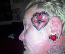 大叔的纹身有点邪恶