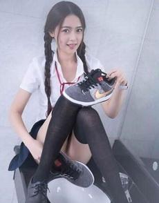 姑娘快把你手里的鞋给我,让我看看质量如何!