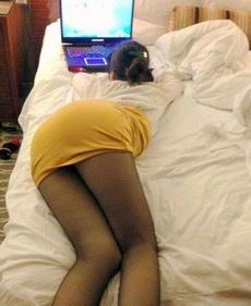 二货媳妇就喜欢这姿势玩电脑