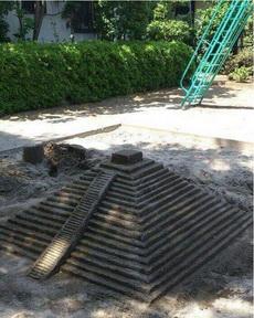 不知道哪位高手在公园里堆里一个塔,还让不让小朋友玩沙子了