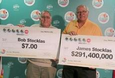 一对兄弟,一起买了彩票,然后一起都中了奖。这是他们一起去领奖时候的合影。还能继续愉快地做兄弟么?