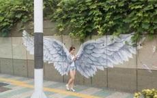 路上走过一个天使么