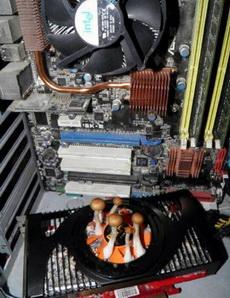 一网友一个多月没用过的电脑开机就死,于是想拆开清下灰