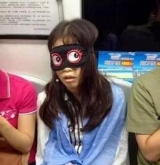 妹子你这眼罩有些奇怪诶