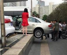 才买的车,女司机本来想帮忙的