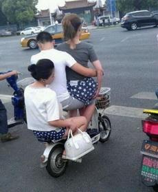 妹子,就不能自己打个车么,这让路人看到多尴尬