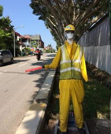 建筑工地路旁的交警