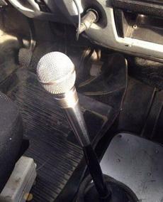 司机师傅换挡的时候,情不自禁唱起歌了