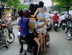 这带了一摩托车的媳妇来赶集,羡煞众人