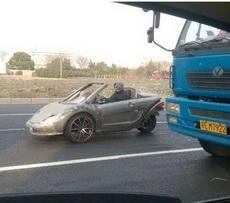 路上偶遇一辆拉风的跑车!