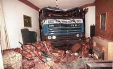卡车穿墙入室