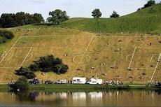 在這個場地踢足球可真有一定難度