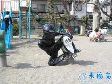 夸张的摩托骑士