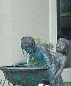 真的很好奇,这是谁家的水池?太有爱了!!!