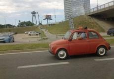 还好哥的车有天窗,不然就真坐不下了