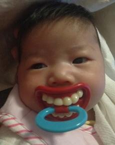 朋友在网上给女儿买的奶嘴,好无辜的孩纸…