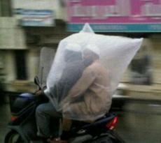 忘了带雨披,套个塑料袋凑合用吧