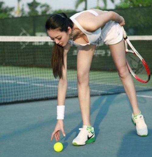 腿太长,捡球也是一个难题