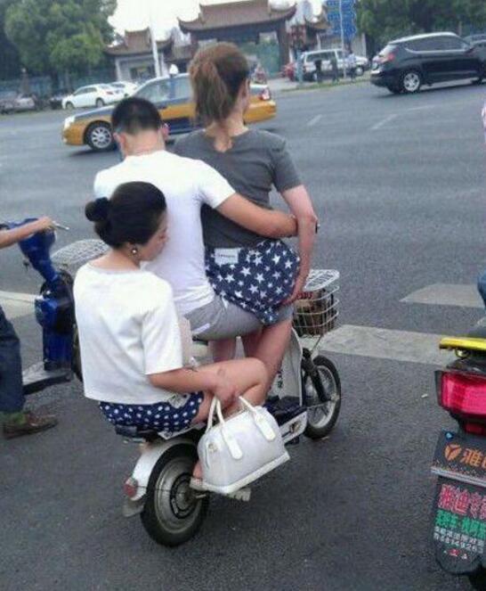 妹子,就不能自己打個車么,這讓路人看到多尷尬