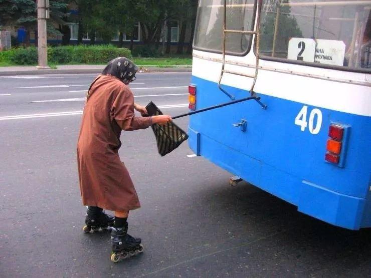 外国老太搭车的方式就是有点不一样