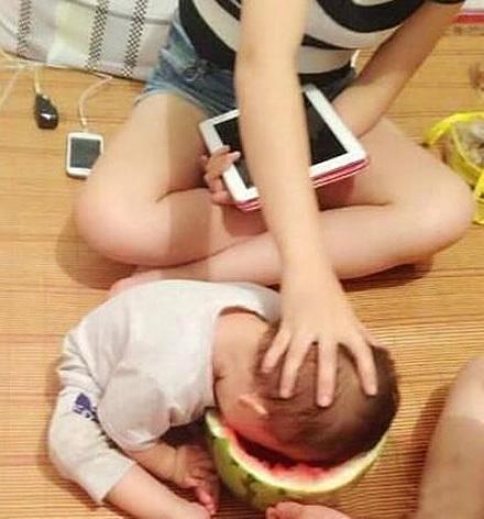 爱吃西瓜的好孩子!妈妈最疼爱